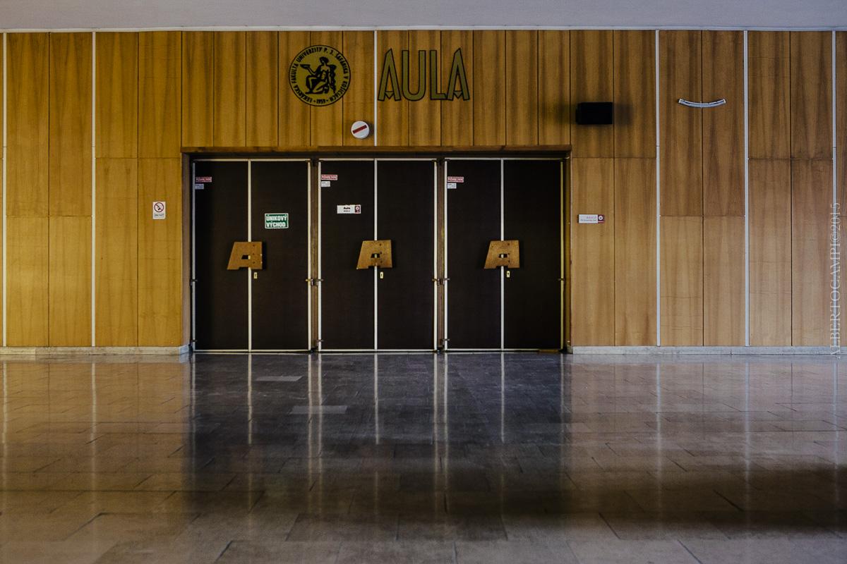 La porte d'entrée de l'auditoire de l'Université de Košice. Slovaquie, 2016.