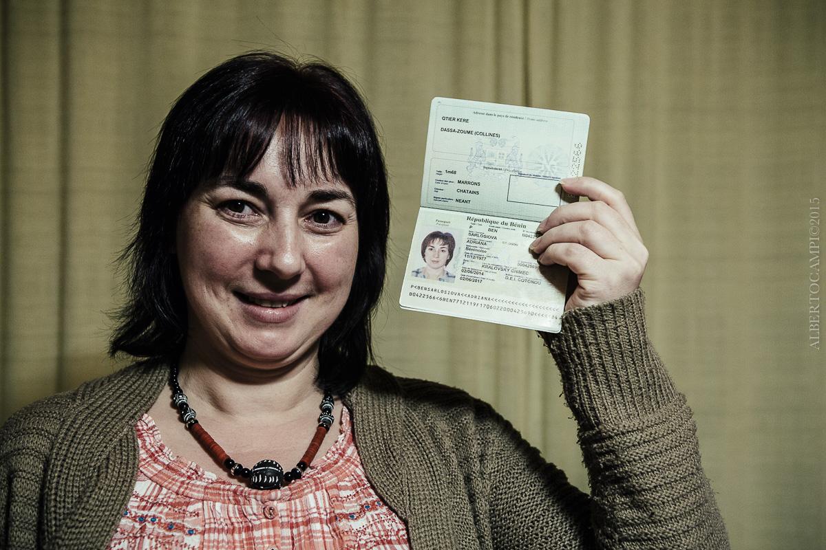 Adriane Ogou avec son passeport béninois. Somotor, Slovaquie, 2016.