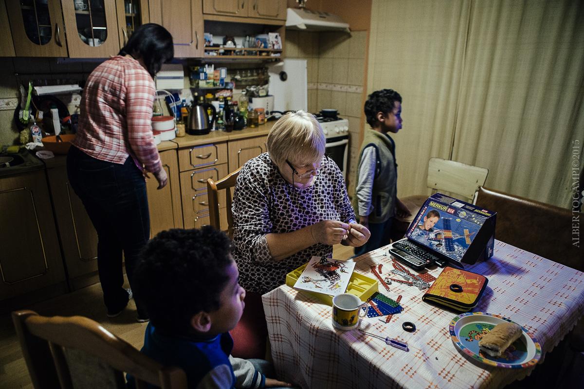 La famille Ogou dans sa cuisine. Somotor, Slovaquie, 2016.