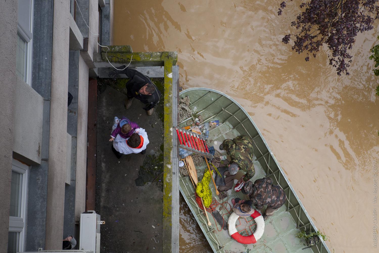 I primi banbini vengono portati in salvo dal palazzo. Obrenovac, Serbia 2014