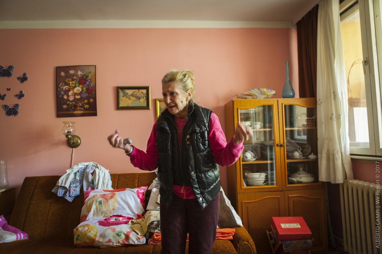 Donna anziana del primo piano piange sconsolata. Obrenovac, Serbia 2014