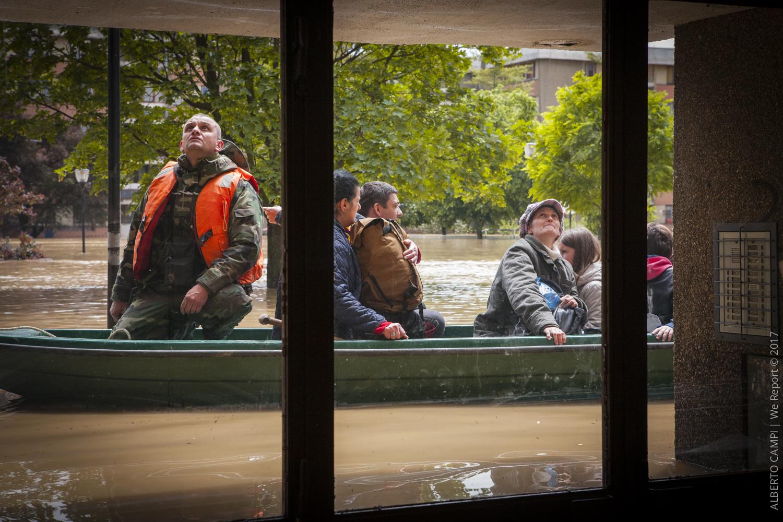 La barca è pronta a partire non c'è spazio per tutti. Obrenovac, Serbia 2014