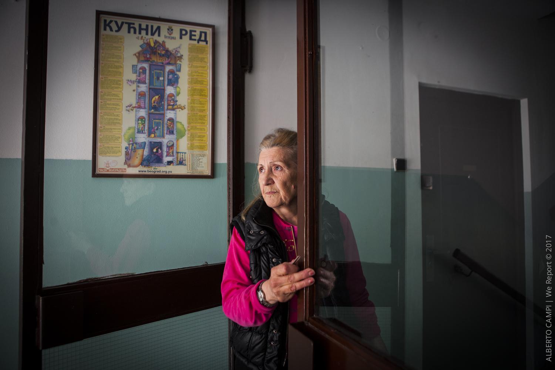 La signora del primo piano guarda i soccorsi andarsene. Obrenovac, Serbia 2014
