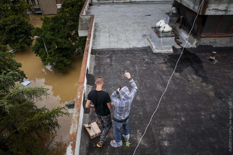 Ragazzi girano di tetto in tetto. Obrenovac, Serbia 2014